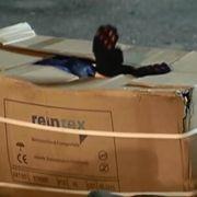 Kein Schutz vor der Kälte! Bleibt Flüchtlingen nur ein Pappkarton? (Foto)