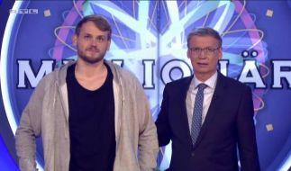 Günther Jauch begrüßt den Kandidaten Jonas Schröder. (Foto)