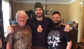 """Daniel Fleetwood (Mitte) fürchtet, die Prämiere von """"Star Wars: Das Erwachen der Macht"""" nicht mehr zu erleben. Der 32-Jährige leidet an Krebs. Bereits im Juli gaben ihm die Ärzte lediglich zwei weitere Monate. (Foto)"""