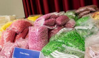 Ecstasy-Tabletten von einem Drogenfund in Sachsen. (Foto)