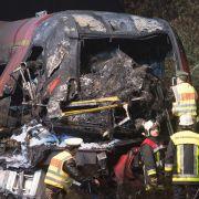Regionalbahn rammt Sattelzug - Zwei Tote und vier Verletzte (Foto)