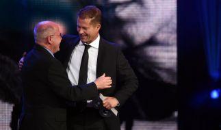 Gregor Gysi überreicht Til Schweiger den diesjährigen GQ-Award. (Foto)
