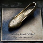Auf Schloss Moritzburg finden Besucher auf einer Treppe eine Nachbildung eines Aschenbrödel-Schuhs.