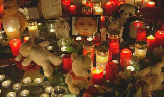 Kerzen stehen am 29.10.2015 am Lageso in Berlin und erinnern an den Flüchtlingsjungen Mohamed. (Foto)
