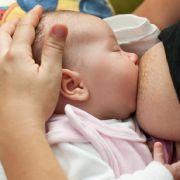 Brustkrebs beim Stillen erkannt! Baby rettet seiner Mutter das Leben (Foto)