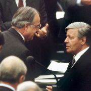 Abschied vom Amt: Der gestürzte Bundeskanzler Helmut Schmidt beglückwünscht am 1.10.1982 seinen Nachfolger Helmut Kohl zu dessen Wahl.