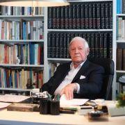 So kannten ihn die Deutschen: Alt-Bundeskanzler Helmut Schmidt vor ehrfurchtgebietenden Bücherwänden in seinem Büro in Hamburg.