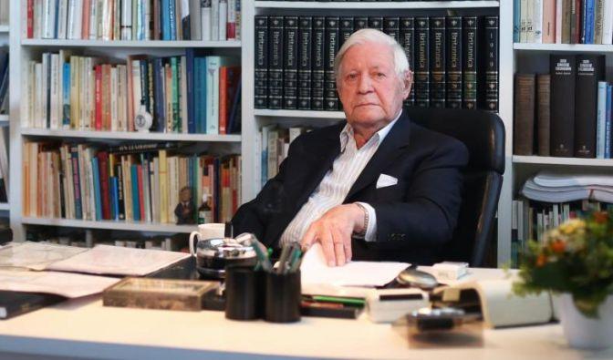 So kannten ihn die Deutschen: Alt-Bundeskanzler Helmut Schmidt vor ehrfurchtgebietenden Bücherwänden in seinem Büro in Hamburg. (Foto)