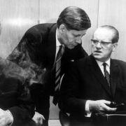 SPD-Dreigestirn Willy Brandt, Helmut Schmidt und Herbert Wehner (v.l.) am 30. November 1966 während der letzten SPD-Fraktionssitzung vor der Regierungsbildung der Großen Koalition.