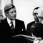 Als Nachfolger des zurückgetretenen Willy Brandt wird Helmut Schmidt am 16.05.1974 von Bundestagspräsidentin Annemarie Renger als Bundeskanzler der Bundesrepublik Deutschland vereidigt.