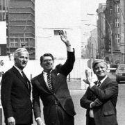 Illustre Gesellschaft: Helmut Schmidt posiert 1982 am Checkpoint Charlie in Berlin mit dem damaligen Regierenden Bürgermeister Richard von Weizsäcker und US-Präsident Ronald Reagan.