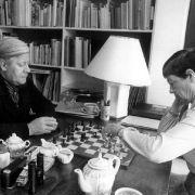 68 Jahre lang waren sie verheiratet: Helmut Schmidt und seine Frau Loki entspannen sich Anfang der 80er Jahre auf Gran Canaria. Loki Schmidt war 2010 im Alter von 91 Jahren gestorben.