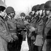 1946 tritt Helmut Schmidt der SPD bei. Als Hamburgs Innensenator macht er sich einen Namen bei der Bewältigung der Flutkatastrophe - hier bei einer Dankeszeremonie nach der schweren Sturmflut von 1962.