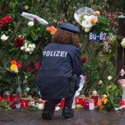 Die Anteilnahme nach dem Tod des Altkanzlers ist riesig. An seinem Hamburger Haus im Stadtteil Langenhorn wurden Kerzen und Blumen niedergelegt.