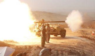 Eine Kanone der Peschmerga feuert am 31.08.2014 auf Stellungen des Islamischen Staates, um die Stadt Bastamli im Irak zurückzuerobern. (Foto)