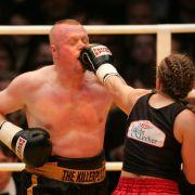 2007 ließ er sich von Boxweltmeisterin Regina Halmich (38) die Fresse polieren.