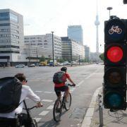 Grüne fordern: Radfahrer sollen auch bei Rot über die Ampel dürfen (Foto)