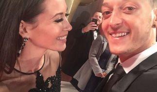 Mandy und Özil posteten dieses Selfie von der Bambi-Verleihung bei Instagram. (Foto)