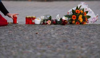 Trauernde legen Kerzen in Paris nieder. (Foto)