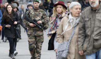 Ein französischer Soldat patroulliert in den Straßen Paris. (Foto)