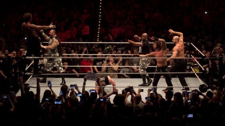 Das Highlight: Fast alle Superstars des Abends gemeinsam im Ring. (Foto)