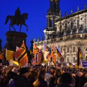 Pegida marschiert auch nach Paris wieder (Foto)
