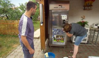 Milchbauer Leonhard testet die Fähigkeiten seiner Liebsten am Milchautomat. Wird Sabrina ihn überzeugen? (Foto)
