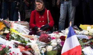 """Eine Frau trauert vor dem Musikclub """"Bataclan"""" in Paris. Hier gab es auch ein deutsches Todesopfer. (Foto)"""