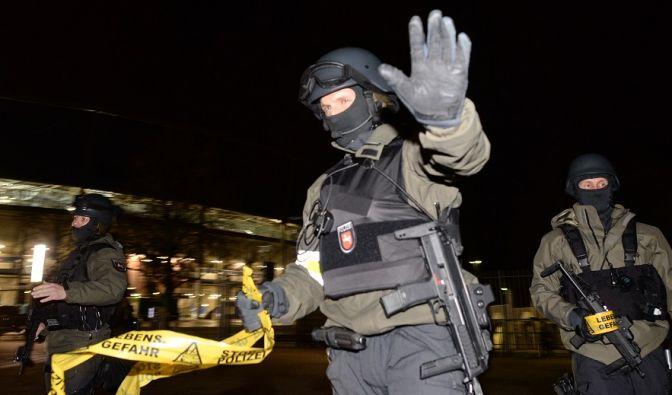 Polizisten mit Sturmgewehren stehen vor dem geschlossenen Stadion und sperren den Bereich ab. (Foto)