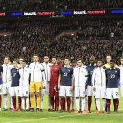 Zeichen gegen den Terror - Fans und Spieler singen für Frankreich (Foto)