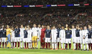 """Die französische und englische Nationalmannschaft sangen gemeinsam die """"Marseillaise"""". (Foto)"""
