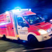 Traktor-Anhänger schlitzt Auto auf - Frau tot (Foto)