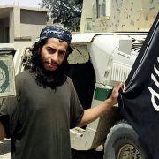 Diese Aufnahme zeigt den mutmaßlichen Drahtzieher der Anschläge von Paris im November 2015, Abdelhamid Abaaoud, der mit einem Buch und der Flagge der Terrormiliz IS (Islamischer Staat) posiert.