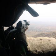 Peschmerga-Kämpfer Mohammed schaut vom Zardk-Berg im Norden des Iraks auf ein Dorf unter Kontrolle der Terrormiliz Islamischer Staat (IS). Iraks Kurden sind im Kampf gegen den IS wichtigster Partner des Westens.