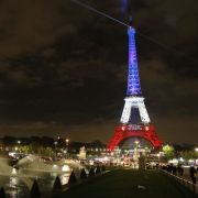 Der Eiffelturm ist am 16.11.2015 in Paris (Frankreich) in den Nationalfarben Frankreichs beleuchtet. Bei einer Serie von IS-Terroranschlägen in Paris in der Nacht vom 13. auf den 14. November 2015 wurden mindestens 129 Menschen getötet.