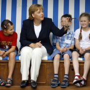 Angela Merkel zeigt den Kiddies von heute, wo's langgeht. So richtig begeistert sehen diese allerdings nicht aus. Da muss Lehrerin Merkel wohl noch ein bisschen üben.