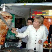 Oder wie wäre es mit einem Zweijob als Dönerspezialistin? In dieses Metier durfte Merkel beim Sommerfest der CDU/CSU im Jahr 2008 hineinschnuppern.