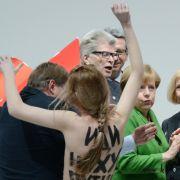Unliebsame Angriffe aus dem politischen Gegenlager ist Angela Merkel gewöhnt. Doch nackte Tatsachen wie hier mit Femen auf der Hannover Messe Mitte 2014 waren für die Kanzlerin neu. Zumindest Wladimir Putin scheint's gefallen zu haben.