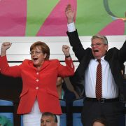 Angela Merkel flippt selten aus, gibt sich stets professionell und besonnen. Doch wenn es um Fußball geht, fiebert auch die Kanzlerin enthusiastisch mit. Ihre Jubelbilder sind Kult.