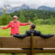 Das Bild vom G7-Gipfel 2015 im bayerischen Elmau mit Barack Obama und Angela Merkel ging um die Welt. Das Netz lief heiß und spekulierte, was Merkel wohl gesagt haben könnte. Vielleicht: