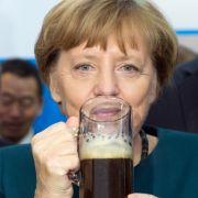 ...in China gibt's bei einer Stippvisite in der Deutschen Hochschule an der Universität Hefei (China) einen Schluck alkoholfreies Schwarzbier. Da fühlt man sich gleich heimisch.