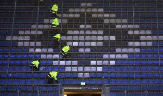 Terror-Angst: Mitarbeiter eines Sicherheitsunternehmens durchsuchten vor Spielbeginn die Sitzreihen im Hamburger Volksparkstadion. (Foto)