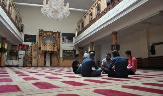 Kiril Dolber im Gespräch mit einem Imam. (Foto)