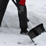 Schneeschippen und streuen auch schon vor 7 Uhr (Foto)