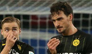 Dortmunds Marcel Schmelzer (l) und Mats Hummels gehen nach dem Spiel gegen den HSV genervt vom Platz. (Foto)
