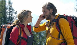 Katharina (Luise Bähr) und Markus (Sebastian Ströbel) koordinieren den Rettungseinsatz mit den anderen Bergrettern. (Foto)