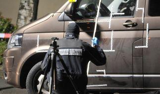 Ein Kriminalbeamter untersucht am 25.11.2015 in Wuppertal (Nordrhein-Westfalen) Spuren an einem Auto. (Foto)