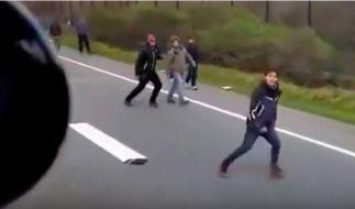 Flüchtlinge laufen panisch davon. (Foto)