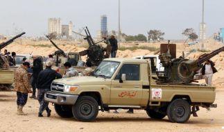 Regierungstreue libysche Truppen kämpfen nahe Sirte gegen den IS. (Foto)