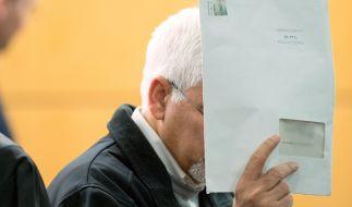 Der Angeklagte Asadullah K. kurz vor der Urteilsverkündung im Verhandlungsaal des Landgerichts in Darmstadt (Hessen). (Foto)